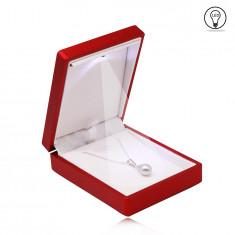 Červená darčeková krabička na náhrdelník alebo prívesok - LED svetlo, matný a hladký povrch